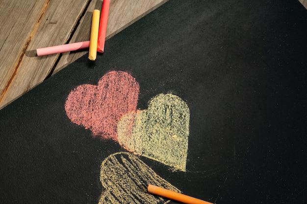 Corações e gizes da árvore Foto Premium