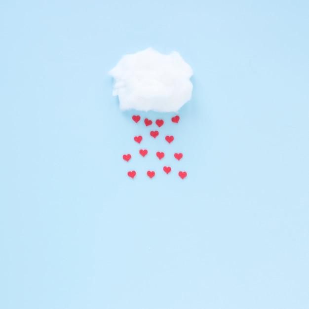 Corações vermelhos caindo da nuvem Foto gratuita