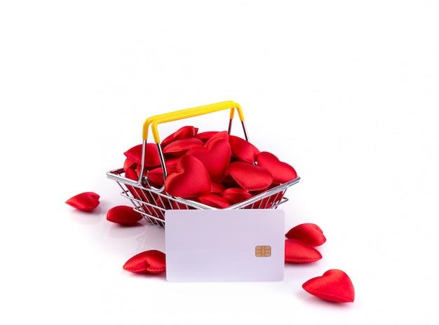 Corações vermelhos com cartão de crédito na cesta de compras, plano de fundo dia dos namorados Foto Premium