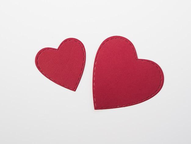 Corações vermelhos da vista superior na tabela Foto gratuita