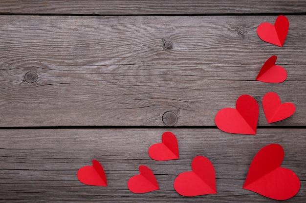 Corações vermelhos de papel em um fundo cinzento. Foto Premium