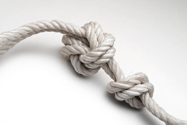 Corda com um nó no fundo branco Foto Premium