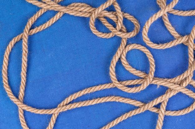 Corda de navio na superfície azul Foto Premium