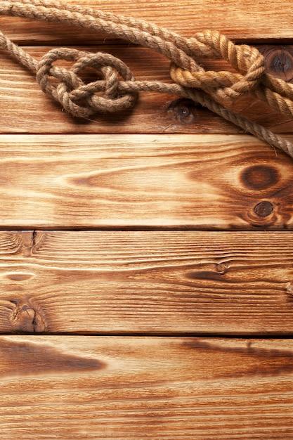 Corda de navio no fundo de madeira Foto Premium