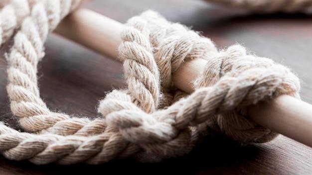 Corda forte corda branca em torno de um bar Foto gratuita