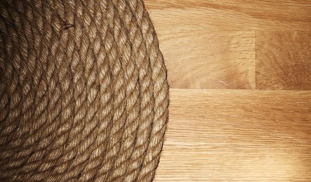 Corda velha sobre a superfície de madeira Foto gratuita