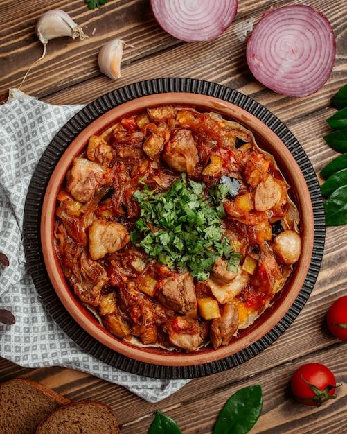 Cordeiro assado com cebola caramelizada e legumes e verduras Foto gratuita