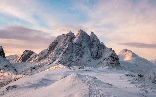 Cordilheira majestosa com neve na manhã do nascer do sol Foto Premium