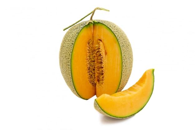 Cores brilhantes do melão do close up que é girado e partes isoladas no fundo branco. Foto Premium
