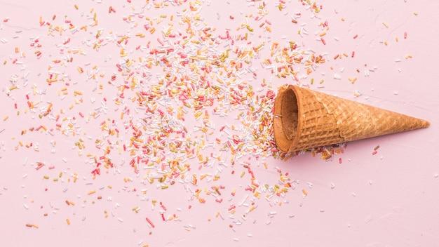 Cornet sorvete vazio e polvilha Foto gratuita