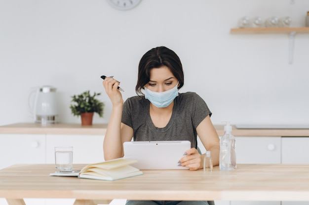 Coronavírus. mulher de negócios jovem trabalhando em casa usando ...