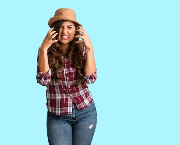 Corpo inteiro jovem viajante mulher curvilínea com raiva e chateado Foto Premium