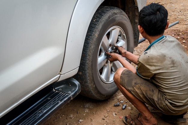 Correção de pneus furados na garagem Foto Premium
