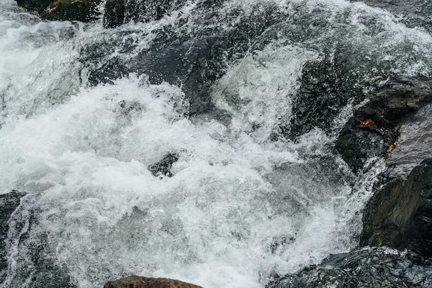 Corrediça de água de natureza quadro completo do rio da montanha. fluxo de água poderosa do riacho de montanha com corredeiras. cenário texturizado natural de fluxo rápido de riacho de montanha. rapids textura close-up. Foto Premium