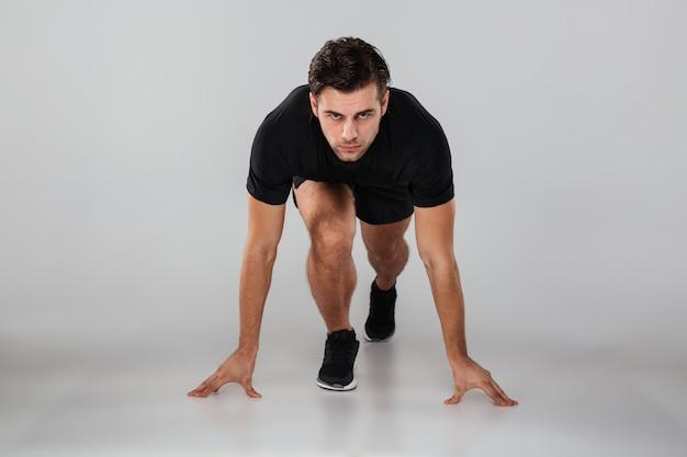 Corredor de homem jovem forte esportes isolado Foto gratuita