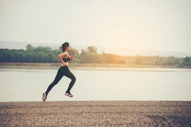 Corredor de mulher jovem fitness Foto gratuita