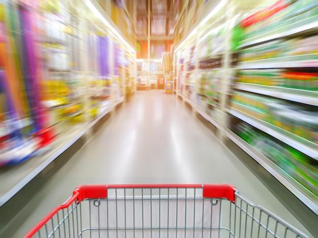 Corredor de supermercado com carrinho de compras vermelho vazio Foto Premium
