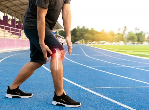 Corredores para exercitar osso da articulação do joelho inflamed Foto Premium