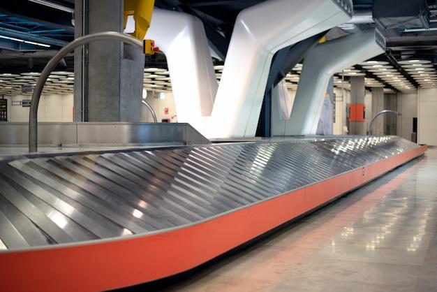 Correia transportadora de aeroporto de bagagem vazia Foto Premium