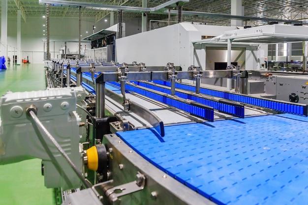 Correia transportadora vazia da linha de produção, parte do equipamento industrial Foto Premium