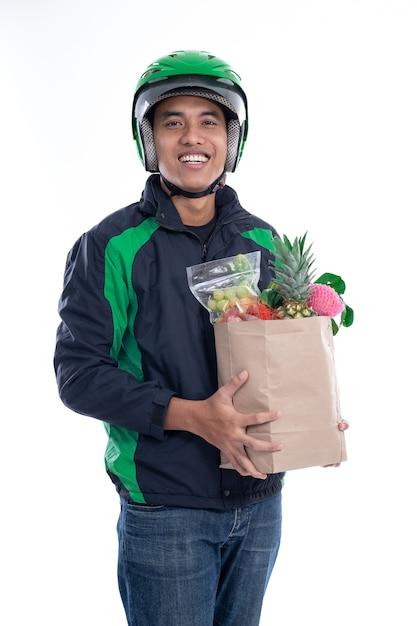 Correio de motorista on-line carregando mantimentos Foto Premium