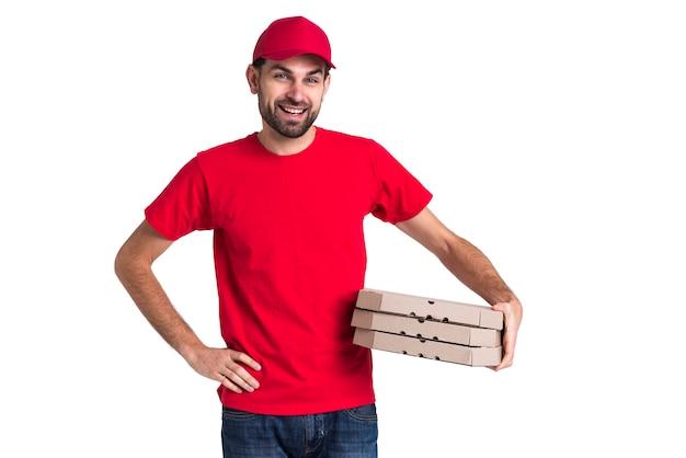 Correio homem segurando a pilha de caixas de pizza Foto gratuita