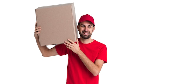 Correio homem segurando no ombro uma grande caixa de entrega Foto gratuita