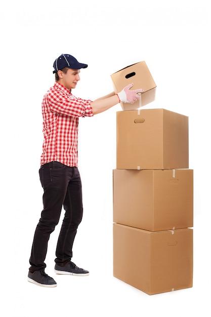 Correio jovem bonito com caixas marrons Foto gratuita