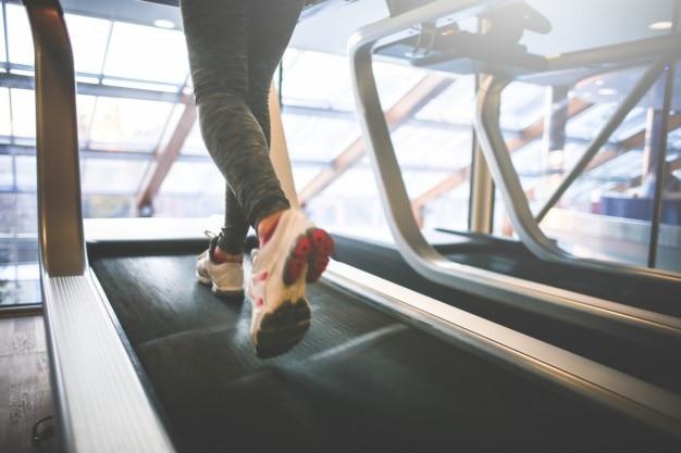 Correndo em esteiras Foto gratuita