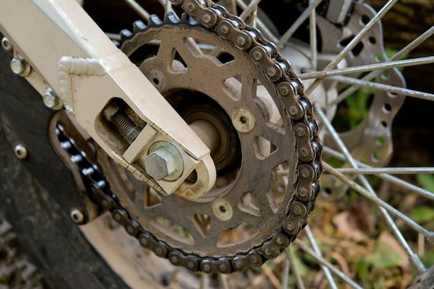 Corrente de motocicleta suja. fechar-se. foco seletivo. Foto Premium