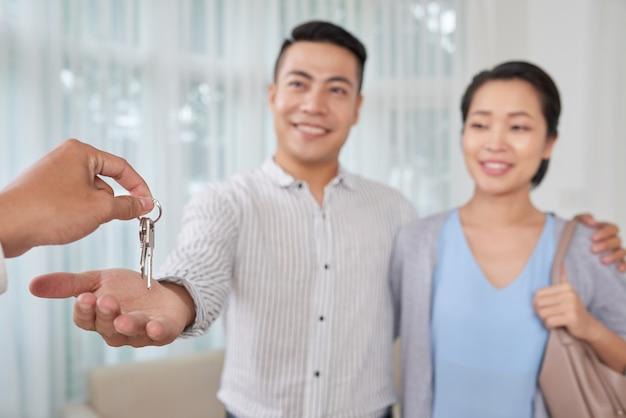 Corretor dando as chaves da casa Foto gratuita