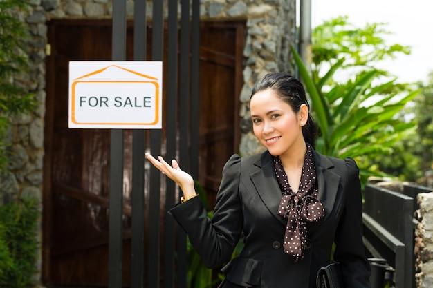 Corretor de imóveis asiático apresentando um novo lar Foto Premium