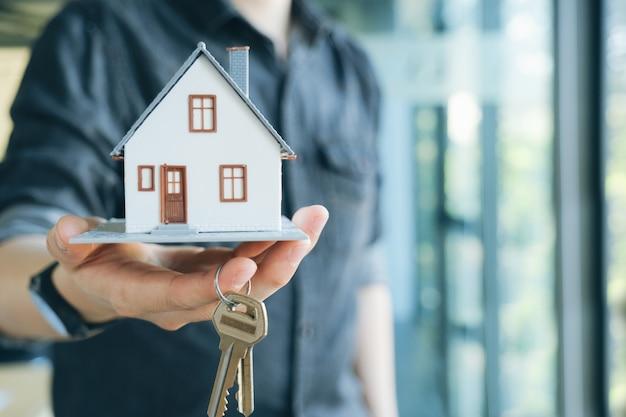Corretor de imóveis contrato de aluguel de casa residencial. Foto Premium