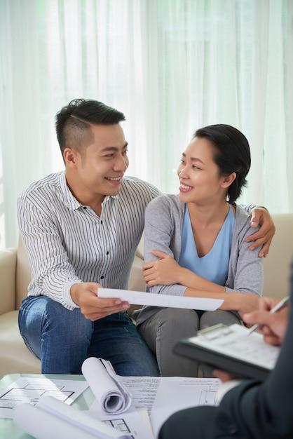 Corretor de imóveis de reunião de casal Foto gratuita