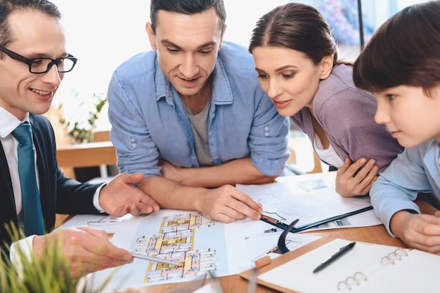 Corretor de imóveis está discutindo o layout do apartamento com a família. Foto Premium