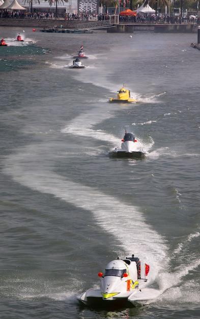 Corridas de powerboat rápido Foto Premium