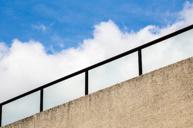 Corrimão com céu azul e nuvens Foto gratuita