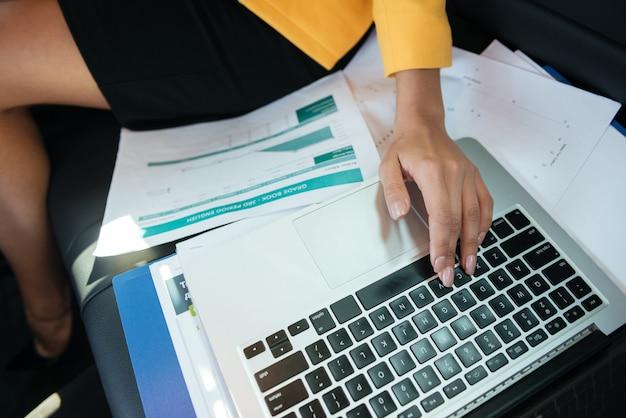 Cortada a imagem de uma mulher mãos trabalhando com laptop Foto Premium