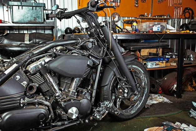 Cortada perto tiro de moto bonita e personalizada na oficina Foto Premium