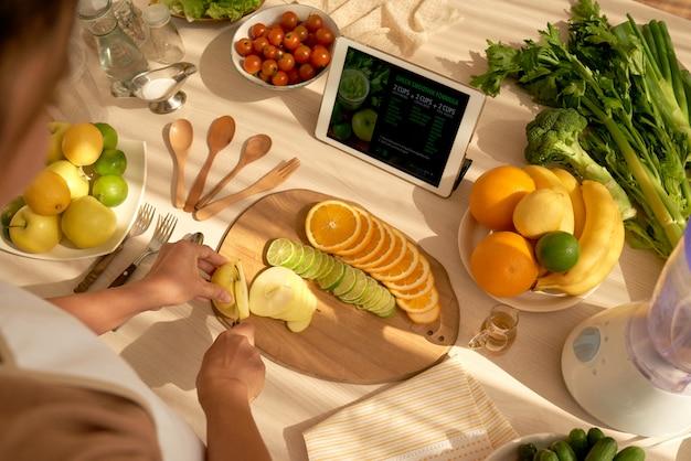 Cortando frutas Foto gratuita