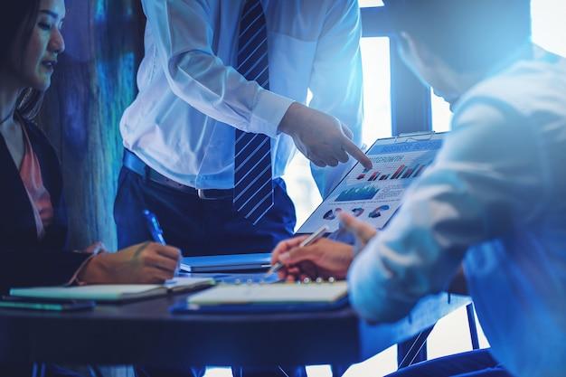 Cortar a imagem dos executivos que encontram-se para discutir a situação no mercado. Foto Premium