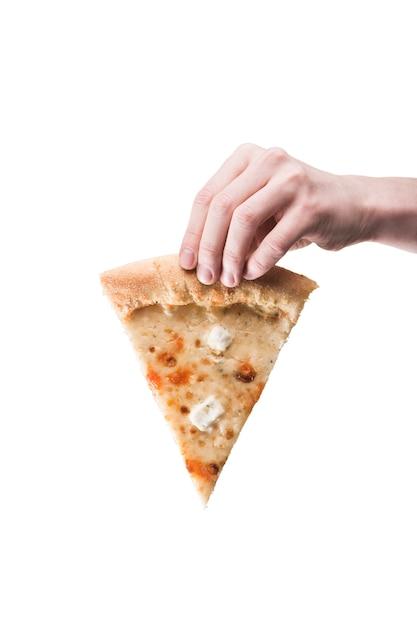 Cortar a mão com pizza Foto gratuita