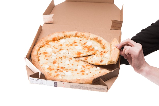 Cortar as mãos com pizza Foto gratuita