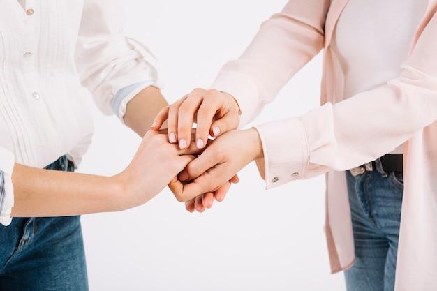 Cortar as mulheres de mãos dadas Foto gratuita