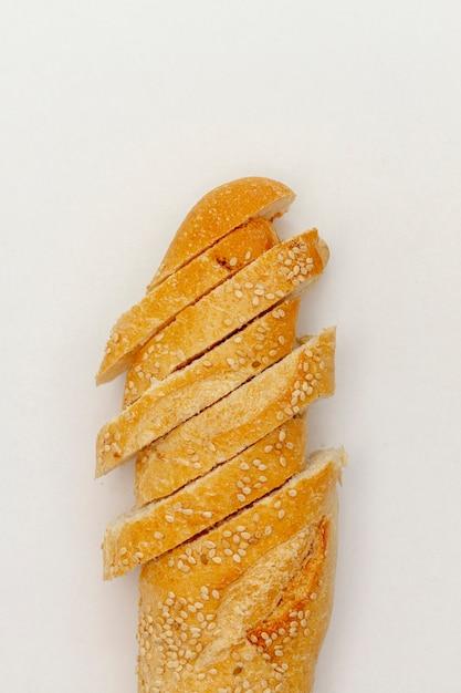 Cortar fatias de pão branco com sementes Foto gratuita