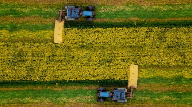 Cortar fotografia aérea de trator de colza com um zangão Foto Premium