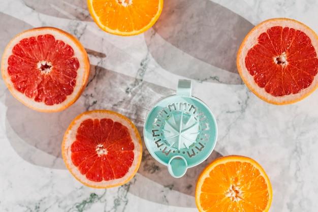 Cortar frutas com espremedor na mesa Foto gratuita