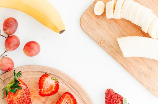 Cortar frutas em tábuas de madeira Foto gratuita