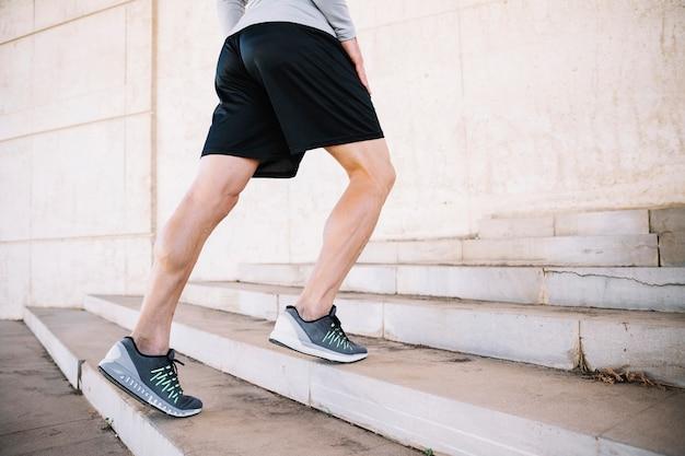 133d779781 Cortar homem fazendo exercícios de caminhada nos degraus