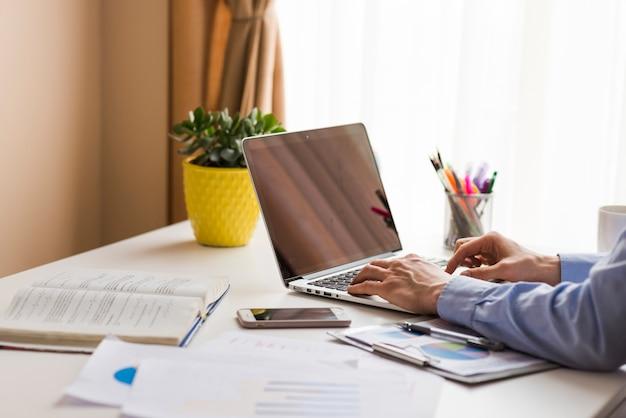 Cortar homem trabalhando no escritório Foto gratuita